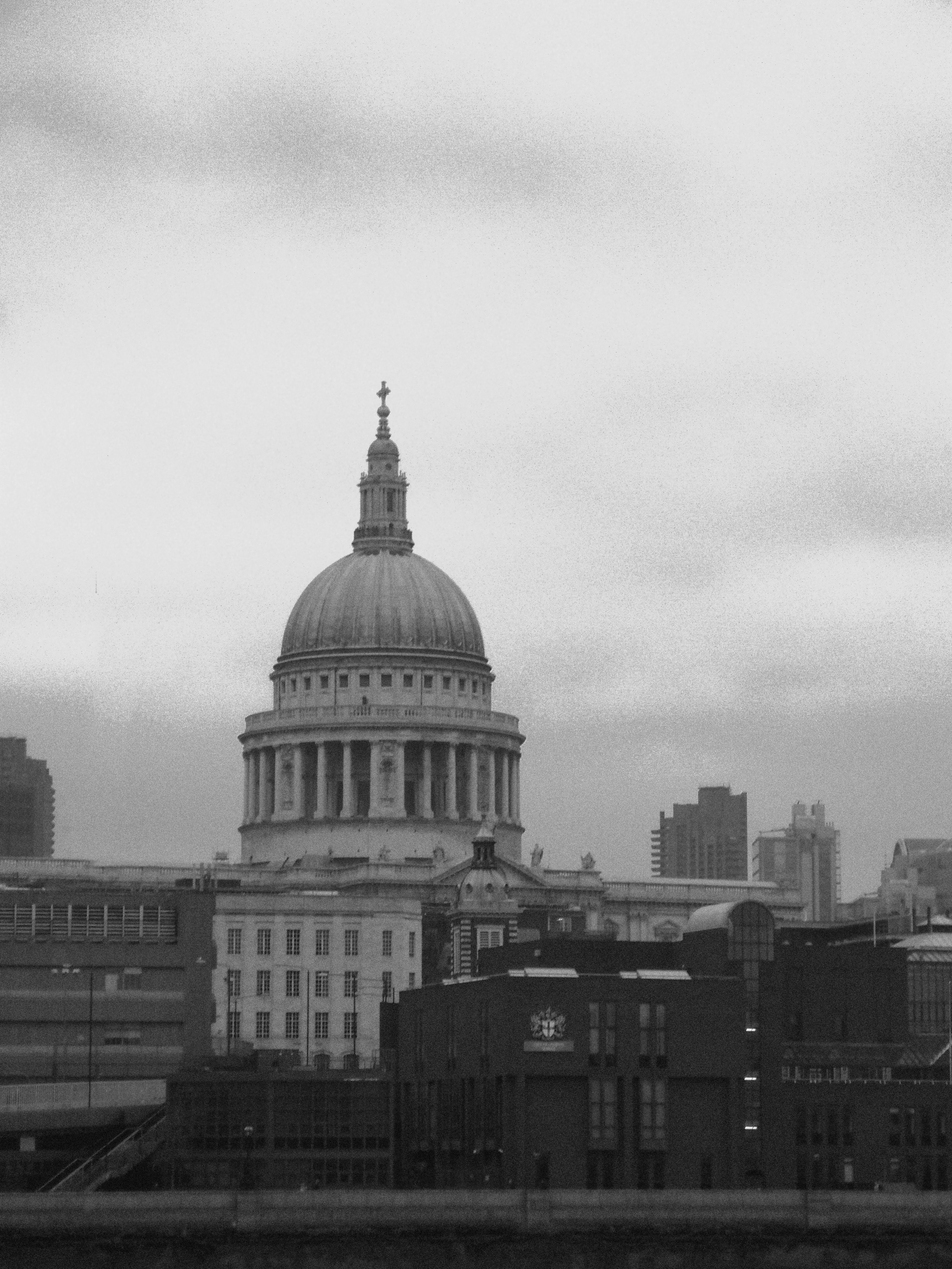 gritty black and white image of the famous london landmark
